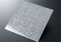 エッチングガラスを製作した時と同じ版を用いてインキで刷り、エッチングしています。