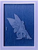 ガラス扉にマスキングペンで図案を描き、エッチングしています。エッチング時間を変えることにより濃淡をつけています。永田萠先生の絵(不思議の森へ、白泉社)をモチーフにしています。