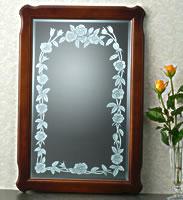 鏡にマスキングペンで図案を描き、エッチングしています。