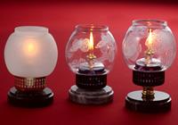 オイルランプにマスキングペンで図案を描き、エッチングしています。一番左のランプは、ホヤ全体をエッチングし、右二つのホヤと逆バージョンにしました。