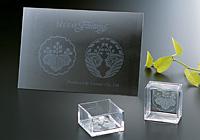 アルミニウムのボードはレジストシートで作成したロゴや家紋を貼り、エッチングしています。ガラスの一合枡にも同様の方法でマスキングし、エッチングしています。