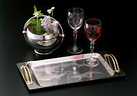 ステンレス製のお盆と氷入れはマスキングペンで図案を描き、エッチングしています。ワイングラスはレジストシートで作成したロゴを貼り、エッチングしています。
