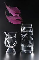 2種類の花器にマスキングペンで図案を描き、エッチングしています。トンボの羽はタペストリー処理をして白さを消して半透明にしています。